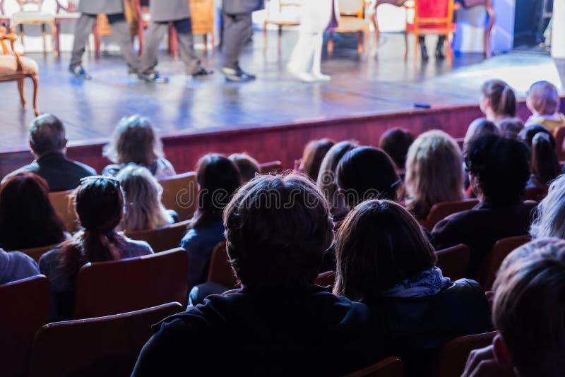 Θεατές σε μια απόδοση θεάτρων, σε έναν κινηματογράφο ή σε μια συναυλία Να πυροβολήσει από πίσω Το ακροατήριο στην αίθουσα στοκ εικόνες
