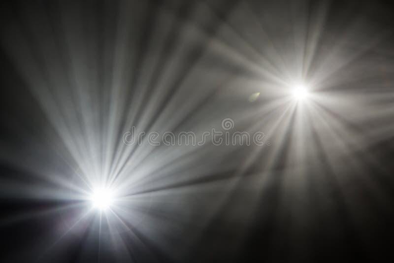 Θεατρικά επίκεντρα ακτίνων στο στάδιο κατά τη διάρκεια της απόδοσης Προβολέας αιθουσών φωτισμού equipment Ο σχεδιαστής φωτισμού στοκ φωτογραφία