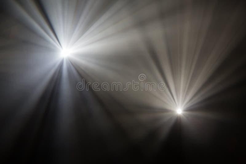 Θεατρικά επίκεντρα ακτίνων στο στάδιο κατά τη διάρκεια της απόδοσης Προβολέας αιθουσών φωτισμού equipment Ο σχεδιαστής φωτισμού στοκ εικόνες