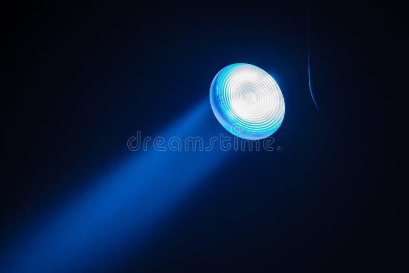 Θεατρικά επίκεντρα ακτίνων στο στάδιο κατά τη διάρκεια της απόδοσης Προβολέας αιθουσών φωτισμού equipment Ο σχεδιαστής φωτισμού Θ στοκ εικόνες