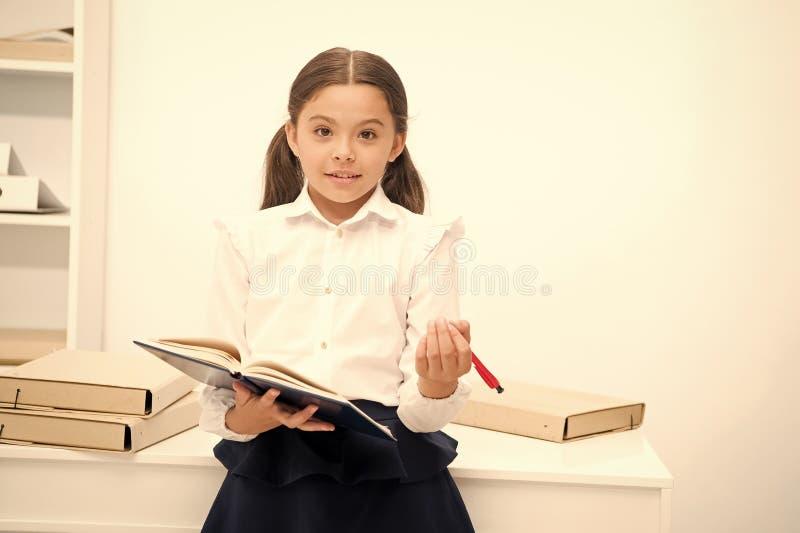 Θελήστε να εφαρμόσετε το νέο σχολικό πρόγραμμα Το κορίτσι κρατά τη μάνδρα μαξιλαριών ψάχνοντας τους εθελοντές Η μελέτη μαθητριών  στοκ φωτογραφίες με δικαίωμα ελεύθερης χρήσης