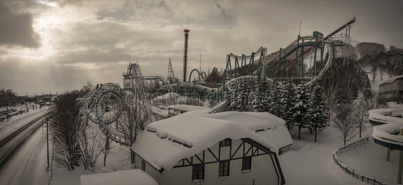 Θεματικό πάρκο το χειμώνα που καλύπτεται στο χιόνι στοκ εικόνα