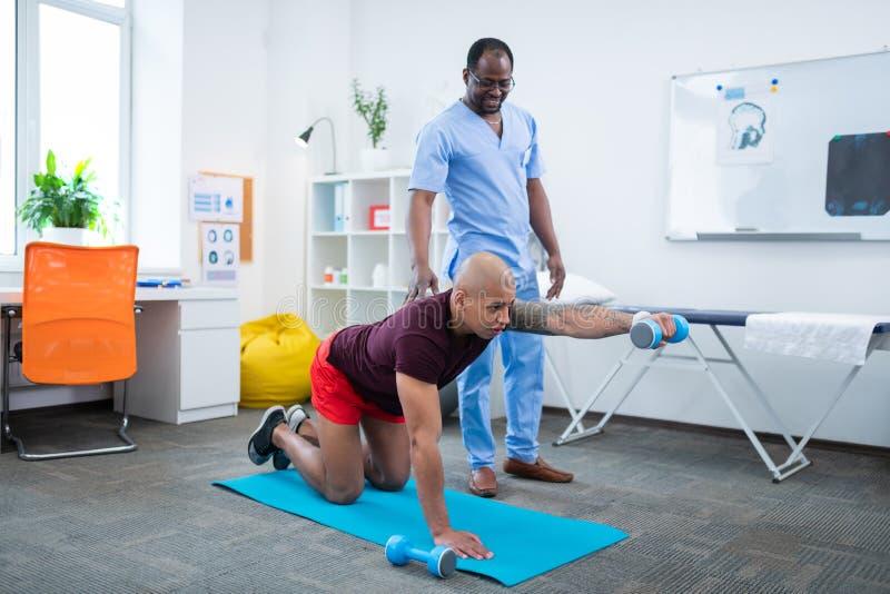 Θεράπων που αισθάνεται τη ικανοποιώ? υπομονετική άσκηση προσοχής χωρίς τον πόνο στοκ φωτογραφίες με δικαίωμα ελεύθερης χρήσης
