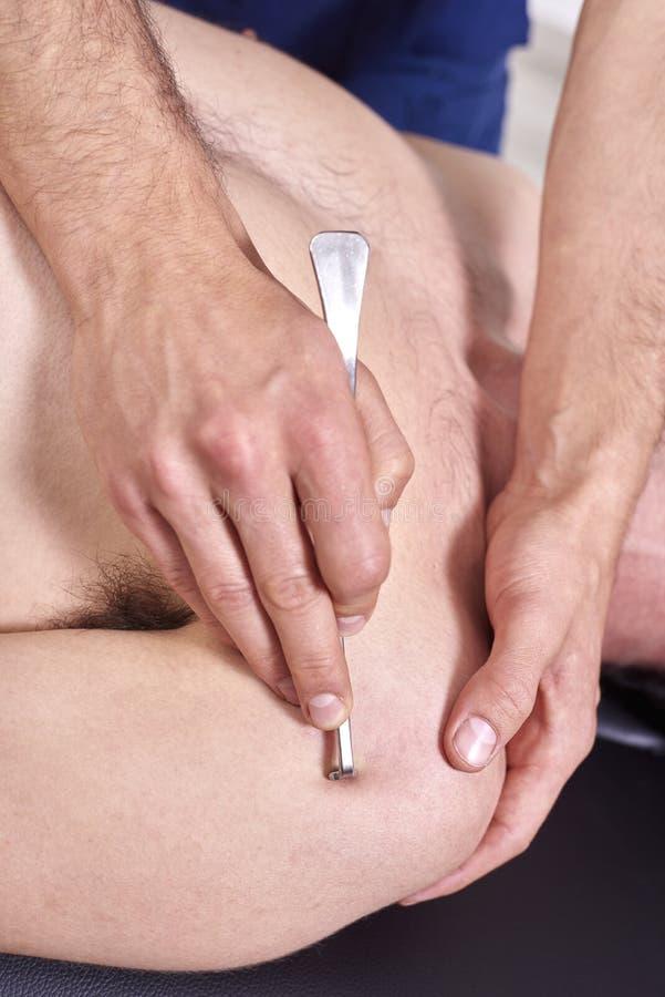 Θεράπων που κάνει diacutaneous Fibrolysis, των γάντζων που θεραπεύουν την επεξεργασία σε man& x27 πλάτη του s r Chiropractic, στοκ εικόνα