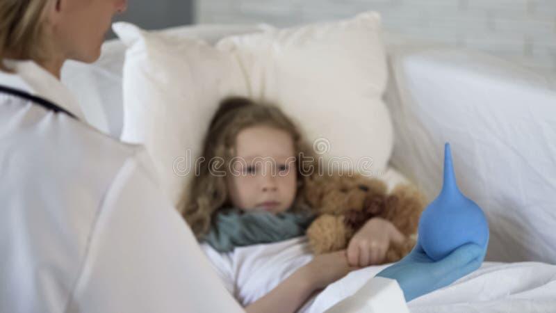 Θεράπων που παρουσιάζει βολβό συμπιέσεων στο φοβησμένο άρρωστο παιδί, προβλήματα με την πέψη στοκ εικόνες