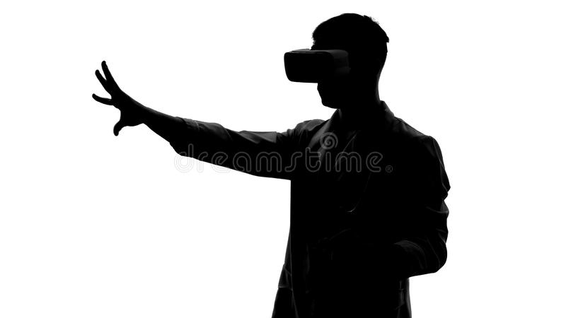 Θεράπων στα προστατευτικά δίοπτρα εικονικής πραγματικότητας που μιμούνται τη λειτουργία, καινοτόμος εμπειρία στοκ εικόνες