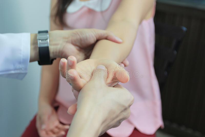 Θεραπεία κινηματογραφήσεων σε πρώτο πλάνο των συμπτωμάτων δάχτυλων κλειδαριών ή parkinson της ασθένειας στο άσπρο υπόβαθρο, υγιής στοκ φωτογραφίες με δικαίωμα ελεύθερης χρήσης