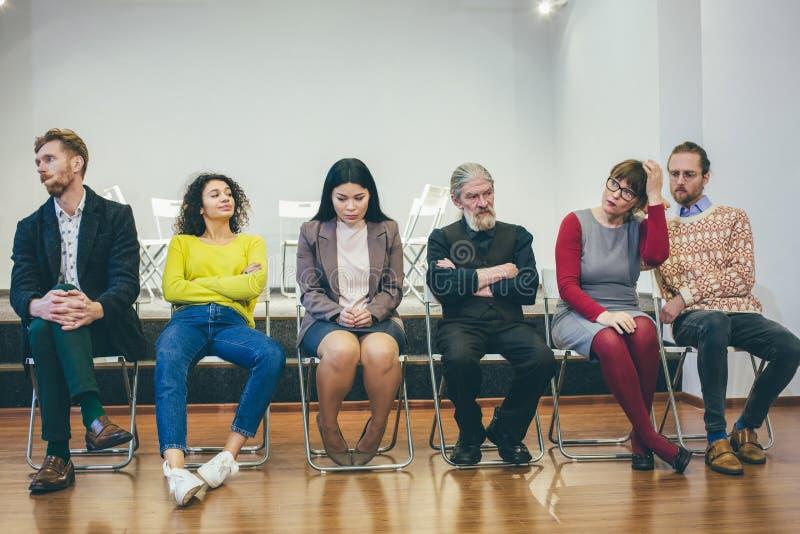 Θεραπεία ομάδας: διαφορετικοί άνθρωποι που μιλούν και που δίνουν την υποστήριξη στοκ εικόνα