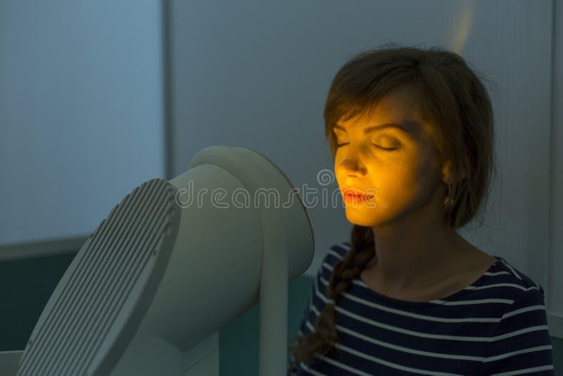 Θεραπεία φωτογραφιών Η διαδικασία κλινικών που καθιστά το δέρμα σας λαμπρότερο, ομαλό και καθαρό στοκ εικόνα με δικαίωμα ελεύθερης χρήσης