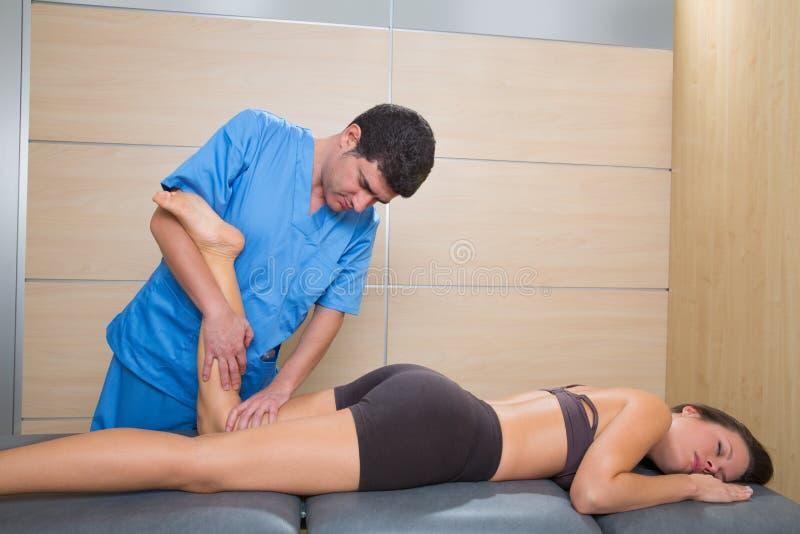 Θεραπεία δύναμης μυών στο γόνατο ποδιών γυναικών στοκ εικόνες