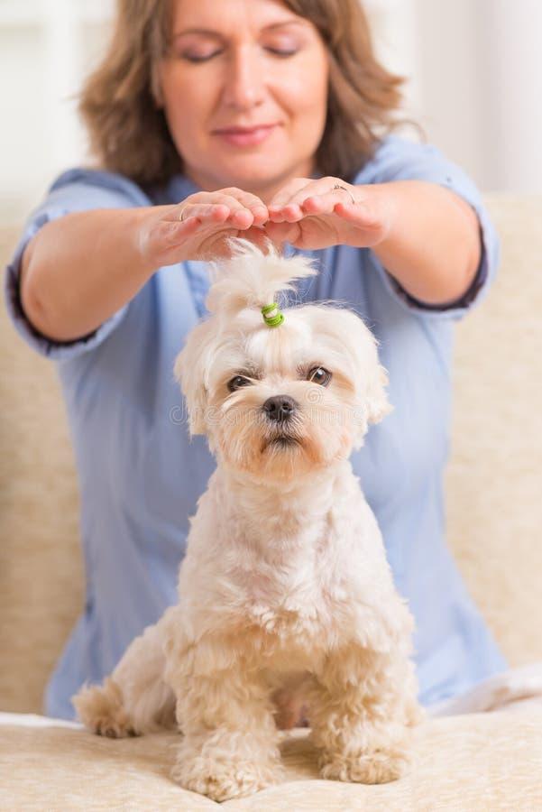Θεραπεία reiki άσκησης γυναικών στοκ φωτογραφία