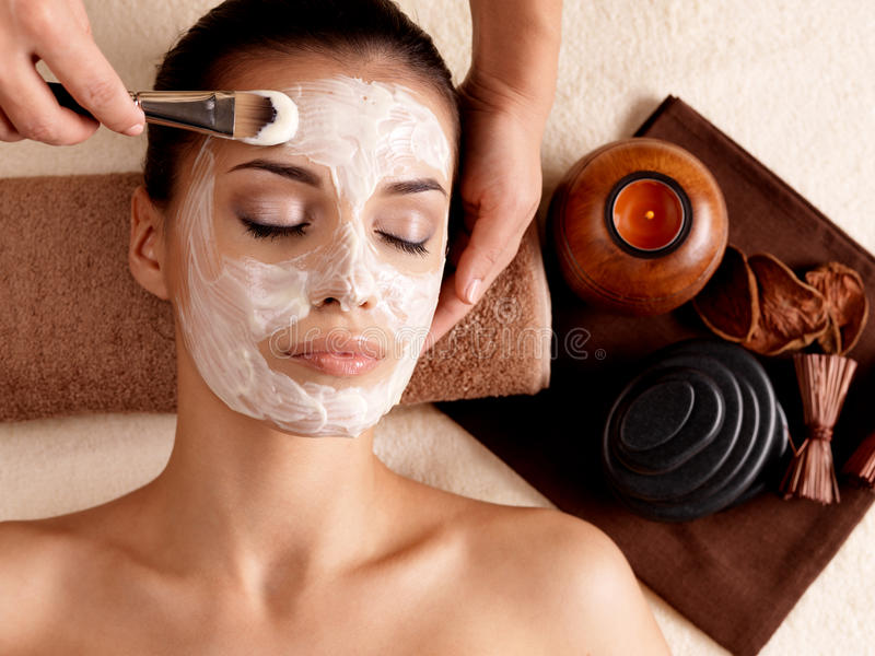 Θεραπεία SPA για τη γυναίκα που λαμβάνει την του προσώπου μάσκα στοκ φωτογραφίες