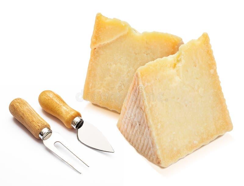 Θεραπευμένος τύπος Manchego τυριών προβάτων στη σφήνα και τα μαχαιροπήρουνα απομονώστε στοκ φωτογραφίες