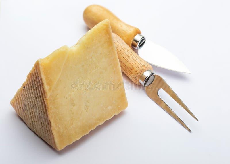 Θεραπευμένος τύπος Manchego τυριών προβάτων στη σφήνα και τα μαχαιροπήρουνα   στοκ εικόνες