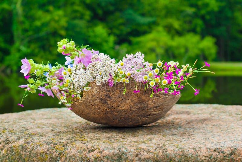 Θερινά άγρια λουλούδια σε ένα μεγάλο ξύλινο δοχείο, ιδέα διακοσμήσεων στοκ εικόνα με δικαίωμα ελεύθερης χρήσης