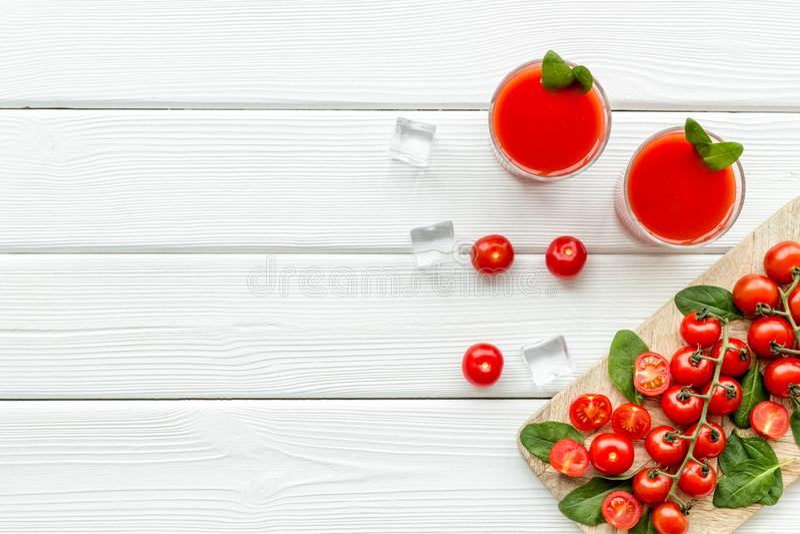 Θερινά κοκτέιλ για τη φρεσκάδα με την κόκκινους ντομάτα και τον πάγο στην άσπρη τοπ άποψη υποβάθρου copyspace στοκ φωτογραφίες με δικαίωμα ελεύθερης χρήσης