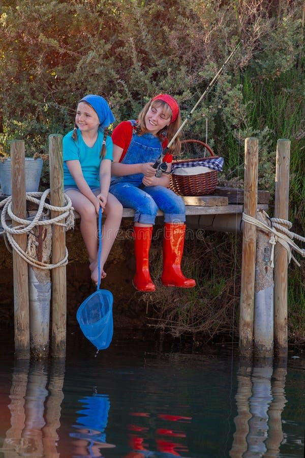 Θερινά παιδιά που αλιεύουν στη λίμνη ή τον ποταμό λιμνών κολπίσκου στοκ εικόνα με δικαίωμα ελεύθερης χρήσης