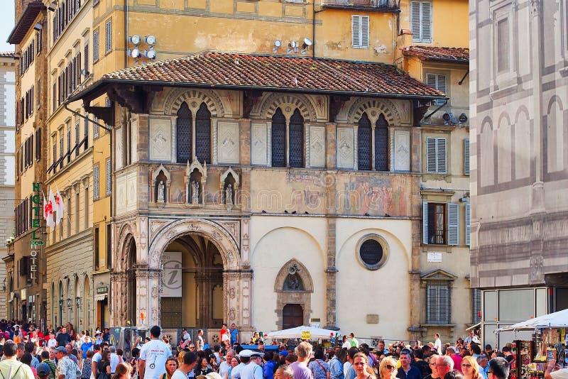 Θερινά πλήθη στο παρεκκλησι Pazzi, Φλωρεντία, ItalyFlorence, Τοσκάνη, Ιταλία στοκ εικόνες