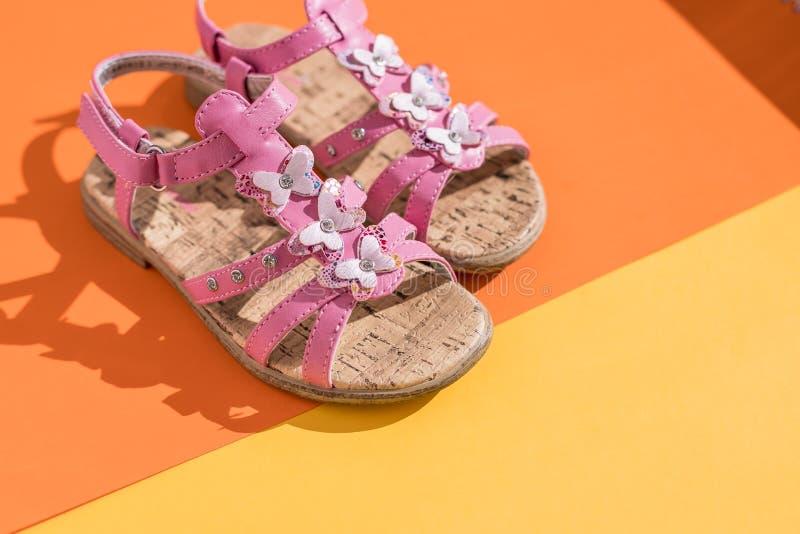 Θερινά σανδάλια παιδιών παπούτσια μωρών, ρόδινα υποδήματα μόδας κοριτσιών, σανδάλι δέρματος, μοκασίνια άσπρο καλοκαίρι κοριτσάκι  στοκ εικόνα με δικαίωμα ελεύθερης χρήσης