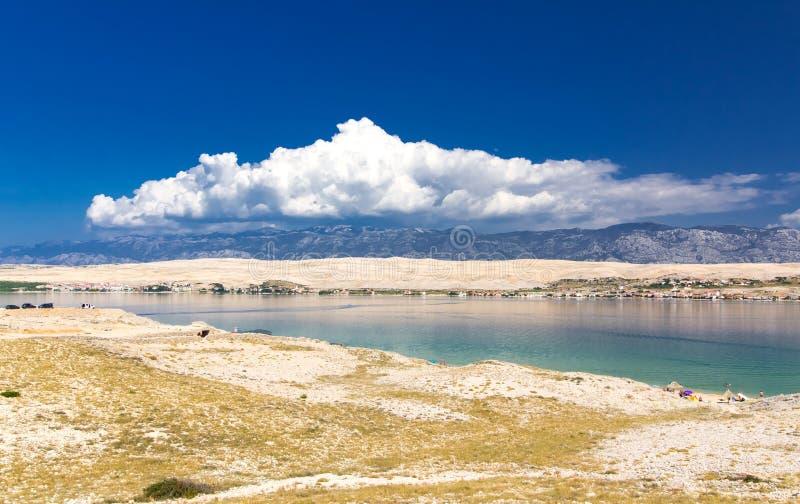 Θερινά σύννεφα και όμορφο νησί Pag, Κροατία στοκ φωτογραφία με δικαίωμα ελεύθερης χρήσης