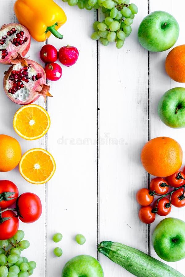 Θερινά τρόφιμα με το φρέσκο διάστημα άποψης φρούτων και λαχανικών τοπ για το κείμενο στοκ φωτογραφίες