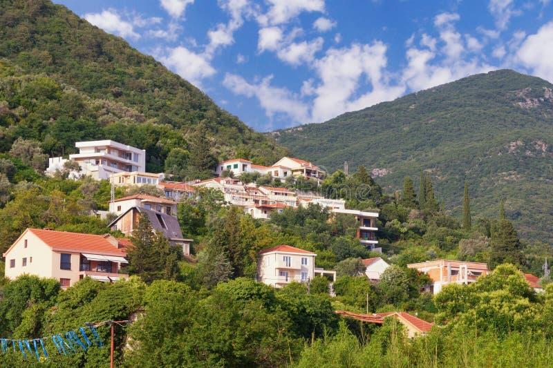 Θερινές διακοπές στο χωριό Όμορφο θερινό τοπίο με ένα μικρό χωριό mountainside μια ηλιόλουστη ημέρα Μαυροβούνιο στοκ εικόνες με δικαίωμα ελεύθερης χρήσης