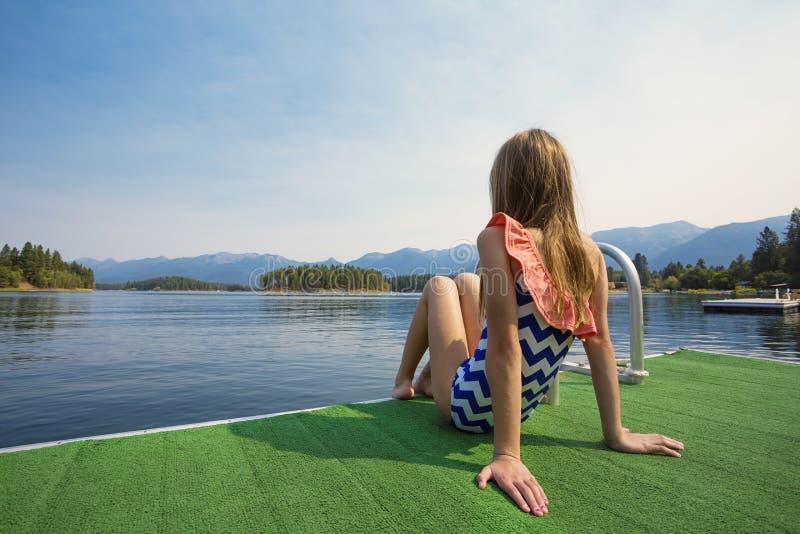Θερινές διακοπές σε μια όμορφη λίμνη βουνών στοκ εικόνα
