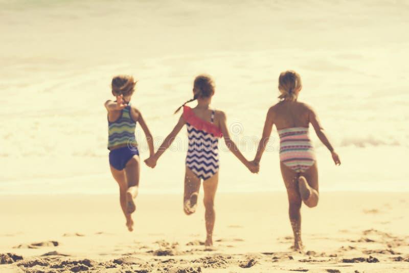 Θερινές διακοπές στην παραλία (θολωμένη εικόνα) στοκ εικόνα με δικαίωμα ελεύθερης χρήσης