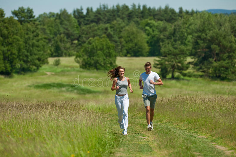 θερινές νεολαίες φύσης ζευγών jogging στοκ φωτογραφίες