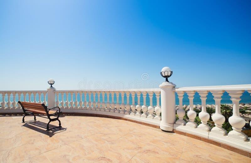 Θερινή άποψη με το κλασικό άσπρο κιγκλίδωμα στοκ φωτογραφίες