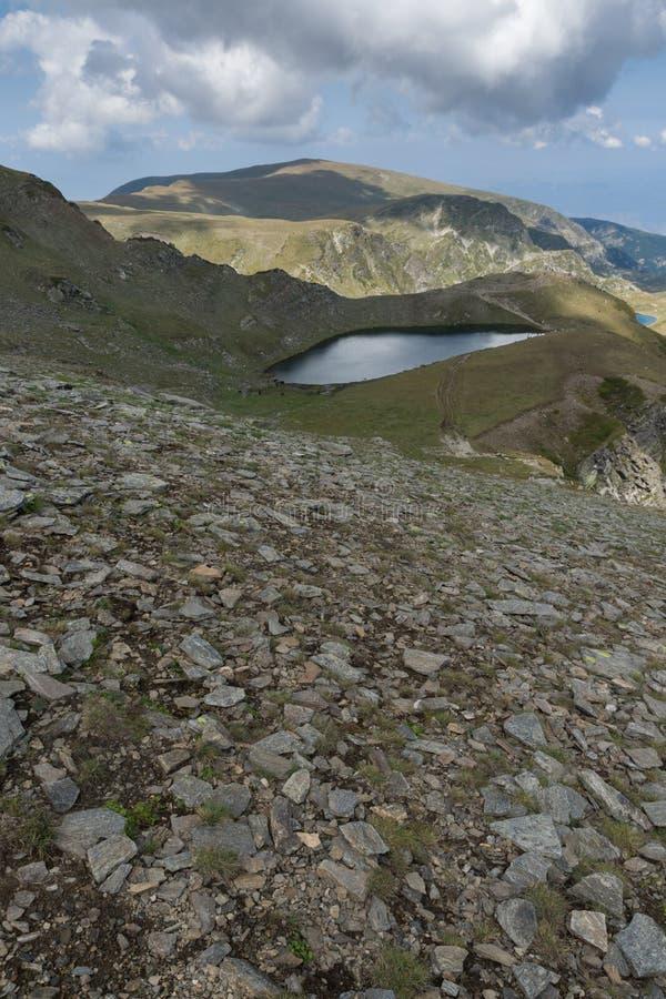 Θερινή άποψη της λίμνης δακρυ'ων, βουνό Rila, οι επτά λίμνες Rila, Βουλγαρία στοκ εικόνες