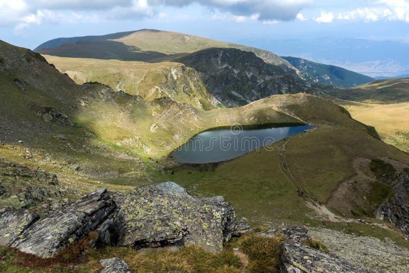 Θερινή άποψη της λίμνης δακρυ'ων, βουνό Rila, οι επτά λίμνες Rila, Βουλγαρία στοκ εικόνες με δικαίωμα ελεύθερης χρήσης
