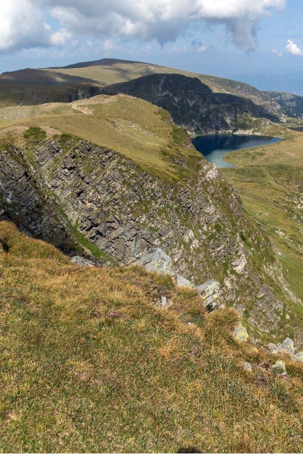 Θερινή άποψη της λίμνης νεφρών, βουνό Rila, οι επτά λίμνες Rila, Βουλγαρία στοκ φωτογραφίες με δικαίωμα ελεύθερης χρήσης