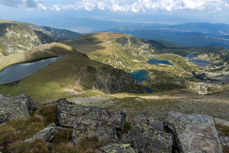 Θερινή άποψη του νεφρού, του διδύμου, Trefoil, των ψαριών και των χαμηλότερων λιμνών, βουνό Rila, οι επτά λίμνες Rila, Βουλγαρία στοκ φωτογραφίες με δικαίωμα ελεύθερης χρήσης
