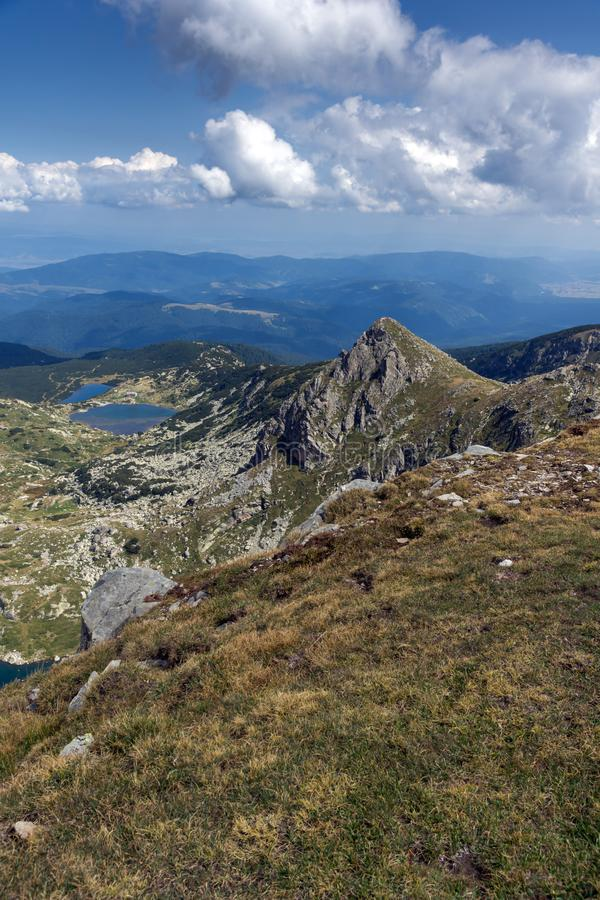 Θερινή άποψη των ψαριών και των χαμηλότερων λιμνών, βουνό Rila, οι επτά λίμνες Rila, Βουλγαρία στοκ φωτογραφίες με δικαίωμα ελεύθερης χρήσης