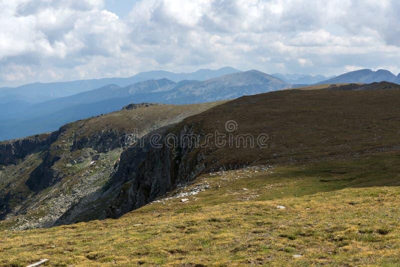 Θερινή άποψη Rila Mountan κοντά στις επτά λίμνες Rila, Βουλγαρία στοκ εικόνες