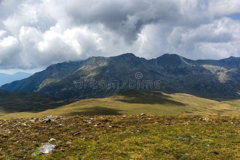 Θερινή άποψη Rila Mountan κοντά στις επτά λίμνες Rila, Βουλγαρία στοκ εικόνα