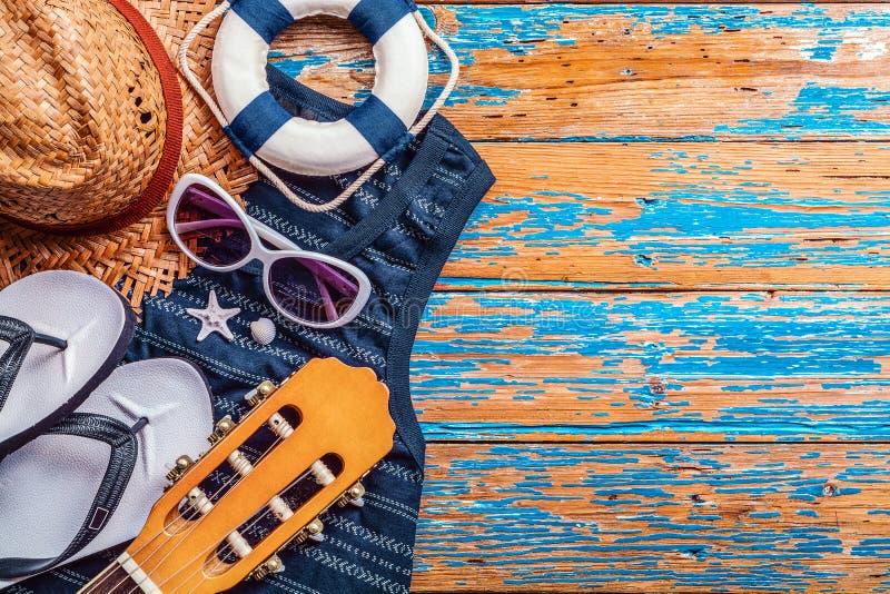 Θερινή έννοια, εξαρτήματα παραλιών στον μπλε στενοχωρημένο ξύλινο πίνακα στοκ εικόνα με δικαίωμα ελεύθερης χρήσης