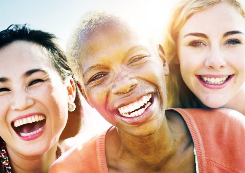 Θερινή έννοια ευτυχίας κόμματος φιλίας φίλων στοκ εικόνες