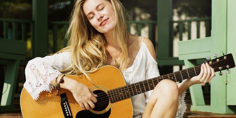 Θερινή έννοια κιθάρων κοριτσιών παίζοντας υπαίθρια στοκ εικόνες