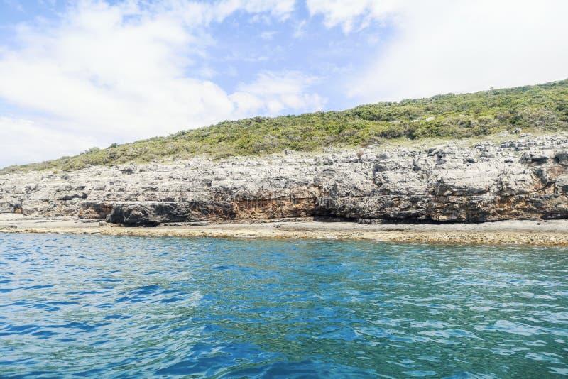 Θερινή ακτή με τους απότομους βράχους, δύσκολη παραλία στο ηλιόλουστο απόγευμα στοκ φωτογραφίες με δικαίωμα ελεύθερης χρήσης