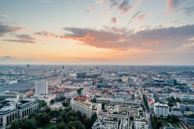 Θερινή αστική φωτογραφία άποψης κηφήνων κεντρικού αέρα πόλεων του Μόναχου στοκ εικόνα