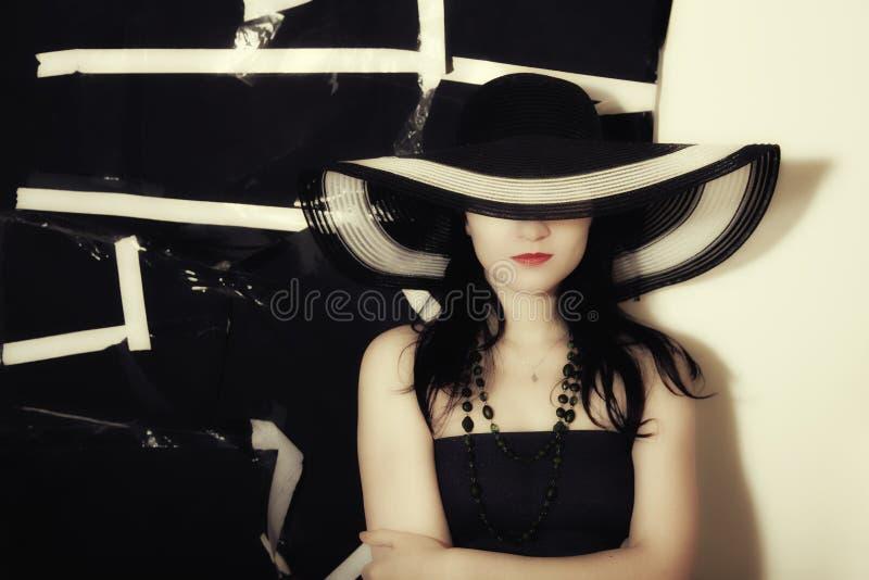 θερινή γυναίκα μαύρων καπέ&lambd στοκ εικόνα με δικαίωμα ελεύθερης χρήσης