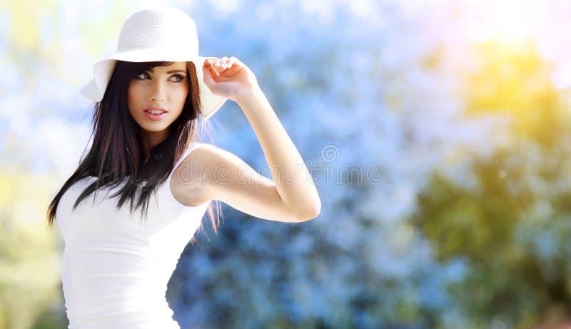 θερινή γυναίκα πάρκων στοκ εικόνες