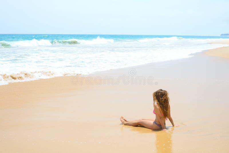 Θερινή γυναίκα στην τροπική παραλία στοκ εικόνες