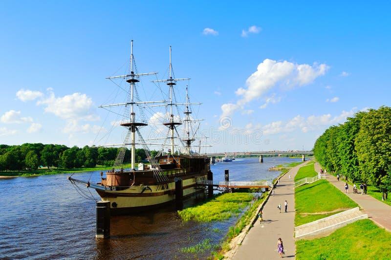 Θερινή εικονική παράσταση πόλης με τη ναυαρχίδα φρεγάτων εστιατορίων σε Veliky Novgorod, Ρωσία στοκ φωτογραφίες