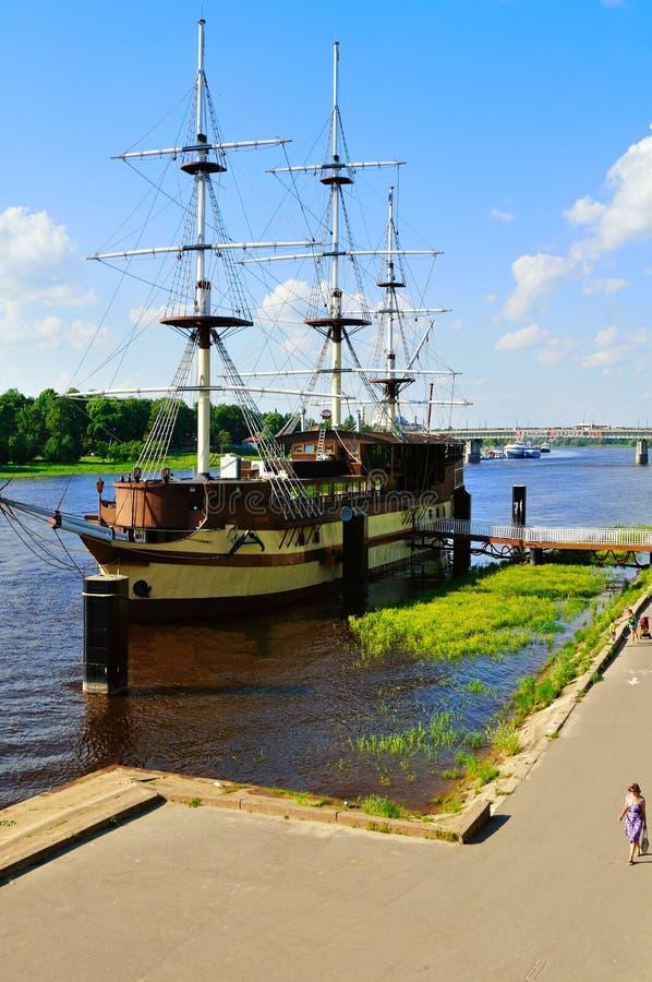 Θερινή εικονική παράσταση πόλης με τη ναυαρχίδα φρεγάτων εστιατορίων σε Veliky Novgorod, Ρωσία στοκ φωτογραφία με δικαίωμα ελεύθερης χρήσης