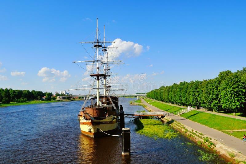 Θερινή εικονική παράσταση πόλης με τη ναυαρχίδα φρεγάτων εστιατορίων σε Veliky Novgorod, Ρωσία στοκ εικόνα