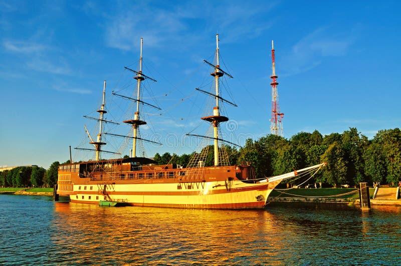 Θερινή εικονική παράσταση πόλης με τη ναυαρχίδα φρεγάτων εστιατορίων σε Veliky Novgorod, Ρωσία στοκ εικόνες με δικαίωμα ελεύθερης χρήσης