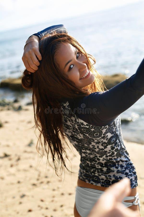 Θερινή ευτυχία Γυναίκα που έχει τη διασκέδαση στην παραλία Υγιής ενεργός ζωή στοκ εικόνες
